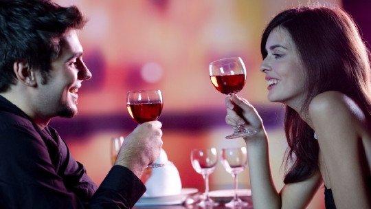 Beber álcool em casal ajuda você a ficar juntos por mais tempo, de acordo com estudo 1