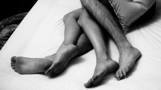 A postura ao dormir com seu parceiro fala sobre a qualidade do relacionamento 1