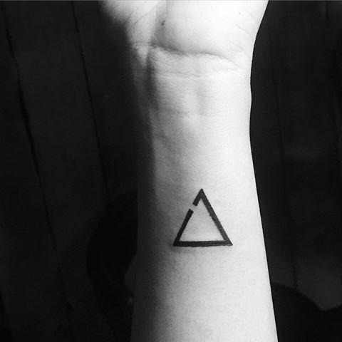 30 pequenas tatuagens para olhar na sua pele 9